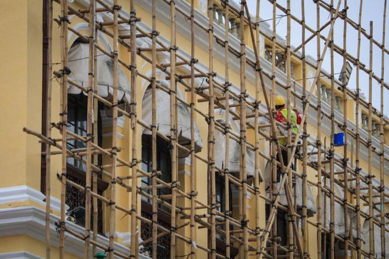 Jak zapewnić bezpieczeństwo pracownikom wykonującym swoje zadania na wysokościach?